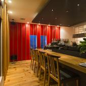 オープンキッチンのカウンター席からは、料理の音や香りも