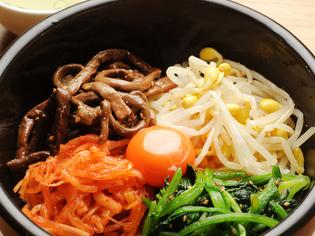 自家製のスープを好みの量かけて食べる『石焼きピビンパ』