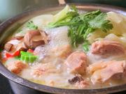 コラーゲンたっぷり。うす塩の白濁スープ絶品水炊きです。2人前から注文可能。