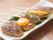 タレ、塩、卵黄、梅しそ、チーズの5種類の味がセットの『つくね串』。セットでお値段もお得になってます。