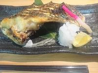 魚の種類によって味付けが変わるこだわりの煮魚。写真の黒鯛は梅干しが入ってさっぱりとした味わいです。