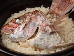 土鍋で炊き上げる名物『鯛めし』付きコース。 (前日迄の要予約で承ります。最大8人迄。)