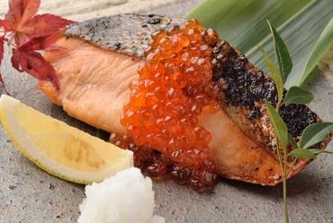 日によって食材が変わる旬の味わい『本日の炉端焼き盛り合せ』