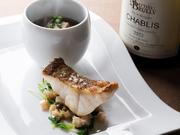 北海道産を中心に、厳選して仕入れた真鱈の白子を使用。塩コショウ、小麦粉をつけてオリーブオイルで焼き上げます。ソースは白ワインをベースにゴルゴンゾーラの旨みが溶け込んだソースでどうぞ。
