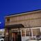 R139沿いのウッディな外観のレストラン。駐車場も広々