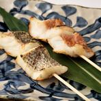 和食と言えば、やっぱり「魚」。一本釣りの魚を使った『魚串焼』