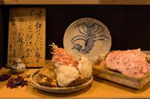 カウンターには海老や蟹の甲羅をディスプレイ