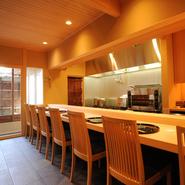 リニューアルオープンした店の1階は白木のカウンター席。オープンキッチンで料理するご主人の手さばきに見入ったり、会話を楽しんだりと、割烹料理店らしい贅沢な使い方を楽しんで。