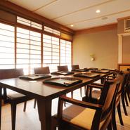 1階のカウンター席のほか、2階にはそれぞれ8席と6席のテーブルがあり、家族連れやグループ、接待でも利用可能。