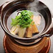 新鮮な甘鯛と旬の筍を薄味の出汁とともいただく滋味あふれる一品。鍋料理としても、椀物代わりの一品としても楽しめます。