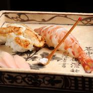 さまざまなネタが揃う寿司の一例。「寿司屋使いしたい」と言うファンも多いほど本格的な寿司を、コースやアラカルトの〆として味わう贅沢。ここでしかできない体験です。