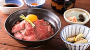 淡路島名産「牛肉」「たまねぎ」「米」の食材を使用した 「淡路島牛丼プロジェクトメニュー」これぞ牛丼!ザ・王道 赤身の中にほどよくサシのはいった淡路牛を、淡路島たまねぎと特製出汁で牛丼に。