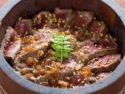 食べ方いろいろ!島産の食材を美味しい食べ方でお楽しみいただけるのが、「淡路牛!うにくひつまぶし」です。