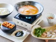 『淡路島の絶品生うに』をベースに仕上げたコクあるスープに新鮮な魚介をしゃぶしゃぶして食す『うずの丘海鮮うにしゃぶ』は淡路島の旬を贅沢に堪能できる高級鍋そのもの。締めの旨味たっぷりのうに雑炊は絶品です。