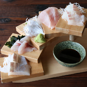 淡路島近海で漁獲された鮮魚のお造り盛りです。お魚は漁により日替わりで厳選いたしますので、スタッフにご確認くださいませ。