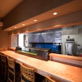 ひとりでも料理とお酒を充分に堪能できる 漆黒の和空間