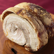 ローマの郷土料理。豚の肩ロース、バラ肉を巻き皮ごとオーブンで焼く贅沢な逸品です。※100gより