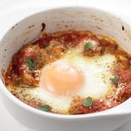 熱々をどうぞ! 『ローマ風トリッパ 落とし卵のオーブン焼き』