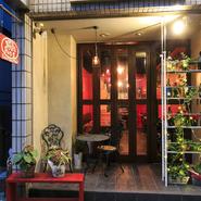 """コンセプトの""""ローマのトラステベレにあるような、気軽に飲んで食べて楽しめる下町のオステリア(食堂や酒場)""""にピッタリのロケーションです。元町の雰囲気を楽しみながら、お店に足を運んでください。"""