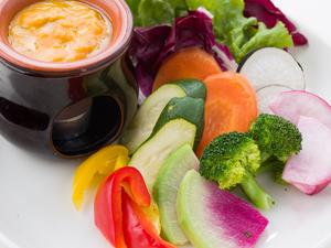 見た目も鮮やかな一皿『新鮮地野菜のバーニャカウダ』