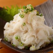 第三胃の一部で、グレーのセンマイを洗い上げ、真っ白なコリコリ食感にしたもの。塩で食べてみてください。