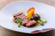 料理長が14年間使い続けている自慢の食材。脂と赤身のバランスが絶妙で、肉本来の旨味を楽しめます。