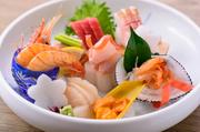 毎日市場から仕入れている新鮮な魚介。季節のものを中心に日替わりでいろいろなネタを堪能できます。