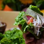 食べ放題の旬野菜をステーキに添えて。好みに応じてトッピングを