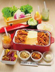 SNSを中心に話題沸騰中のチーズタッカルビを、10種類の食べ放題野菜とトッピングと共に包んで食べるコース