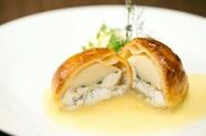さわやかな香草の風味漂う『真鯛と帆立の香草パイ包み焼き』