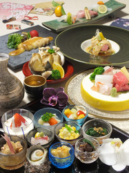 旬の食材を使い、色鮮やかに盛り付けられた目にも楽しいコース料理。