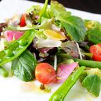 彩りが豊か、季節の野菜がたっぷりな『色とりどりの菜園サラダ』