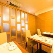 扉を閉めると個室として使える、落ち着き感のあるスペースです。季節感のあるお料理を、ひとつひとつ味わいながら、会話ををはずませて。大切なお客様を案内する、食事の席に相応しいレストランです。