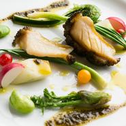 タラの芽、うど、こごみなど、春野菜が沢山。アワビの肝を加えたソースが個性的な野菜をまとめています。