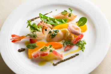 新鮮な魚介をふんだんに使った『野菜と海の幸のマリネ』