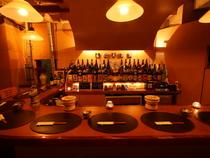 和モダンな店内にジャズが流れ お酒と会話が楽しめるお店