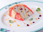 トスカーナの甘いハーブのリキュール「アルケルメス」と北海道産のリコッタチーズを使用したトスカーナの伝統的なドルチェ。 生クリームで作るアイスクリーム「セミフレッド」とスポンジのドルチェです