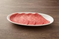 柔らかに口の中でほどけていく感覚は、まさに赤身肉の最高峰