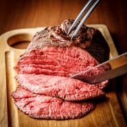 自家製ローストビーフが話題の肉バルmotto。 事前のご予約でご希望のサイズの塊肉をご用意致します。 豪快な塊肉を目の前で切り分ければ、インパクト絶大! 骨付き肉の王様!Tボーンステーキもおススメです!