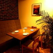 カウンターをスポット照明が柔らかく照らし、少し大人の雰囲気です。椅子の間隔が広くゆったりと座れます。