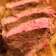 オーストラリア産牛肉を使用。 脂が少なく肉の旨みが濃い赤身部分です。