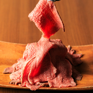 毎日仕込む、自家製ローストビーフ! お肉を選んでテーブルで計量。食べたい量で「STOP!」するシステム。AUS産牛モモ肉:78円/10g 、国産黒毛和牛モモ肉:168円/10g