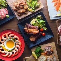 『3種のローストビーフ食べ比べ』を含む肉づくし、満腹必至のパーティーコースに2時間の飲み放題がセット
