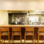 オープンキッチンカウンターでゆっくりお食事できます。
