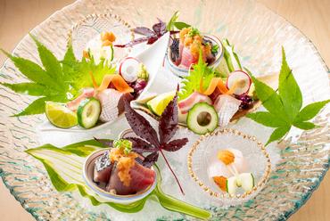 三河湾の魚介が美しく盛りこまれた『おつくり盛合わせ』