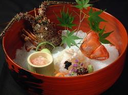 目の前で旬の素材を焼き上げる炭焼や握り寿司、釜炊き御飯など本物の京料理を是非、御賞味下さいませ。