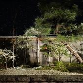 窓の外に広がる和風の庭園。ゆったりくつろげる空間で
