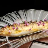 おいしい鮎を丸ごと味わえる料理。骨まで軟らかく調理された『鮎のコンフィー花穂じそ』