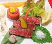 ゆったりと寛いでほしいから、お料理はコースでお愉しみください。季節の旬食材を使い仕上げた会席コースをご堪能下さい。  6000円コースに含む