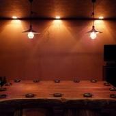 どんと一枚板で作られたテーブルが印象的な完全個室
